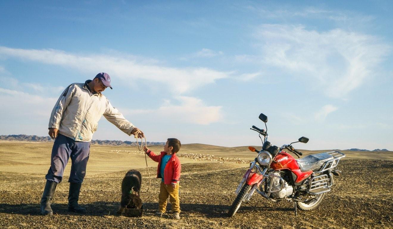 Малчин Д.Баясалбадрах 4 настай Баяраа хүүдээ Хоньч дуудлагатай банхар гөлгийн хөтөлгөөг өгч буй нь – Өмнөговь аймаг