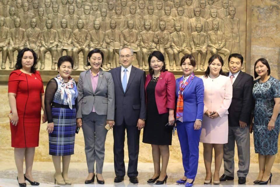 УИХ-ын эмэгтэй гишүүд сонгогдоод төд удалгүй БНСУ-ын парламентын гишүүн Ким Ён Жүний урилгаар Өмнөд Солонгост айлчилсан. Айлчлалын үеэр эмэгтэй гишүүдийн хувцаслалт олны шүүмжлэлийн бай болов.