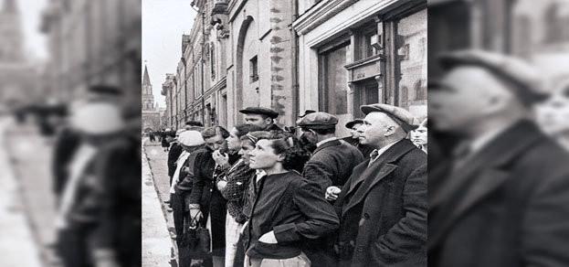 Зөвлөлт Холбоот Улс руу фашистын Герман гэнэт довтолсон тухай аймшигт мэдээг москвагийнхан 1941 оны зургадугаар сарын 22-нд радиогийн мэдээллээс олж мэднэ. РИА Новости-гийн гэрэл зураг