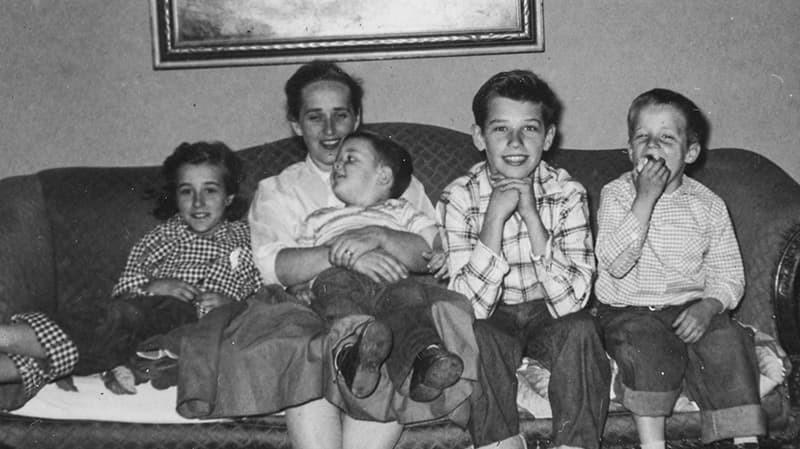 Баруун талаас 2 дахь нь Жо Байден. Тэрбээр дөрвөн хүүхэдтэй айлын ууган хүү