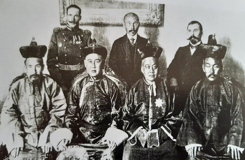 Ерөнхий сайд Сайн ноён хан Т.Намнансүрэн тэргүүтэй Богд хаант засгийн газрын төлөөлөгчид Оросын эзэн хаант засгийн газартай хэлэлцээ хийхээр Петербургт хүрэлцэн очив. Т.Намнансүрэн, Удай, Чимэдцэрэн, Цэрэндорж, Ж.Цэвээн нар. 1913 оны 12 сар