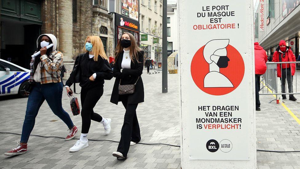 Брюссель хотын оршин суугчдад амны хаалт зүүж хэвшихийг анхааруулж байна.