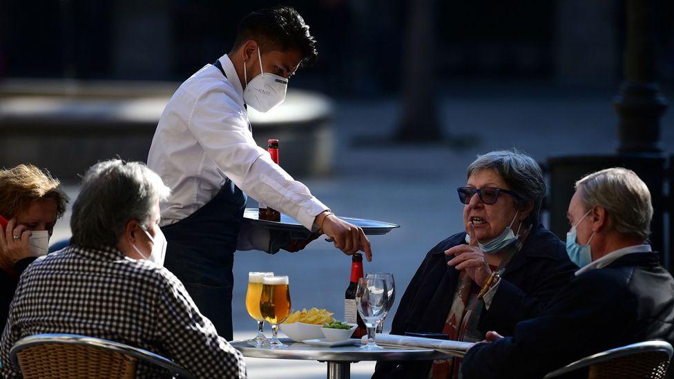 Барселон хотод эрүүл ахуйн дүрмийг баримтлан зочдод үйлчилж байна.