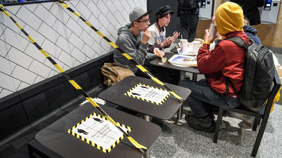 Стокгольм хотын зоогийн газрууд хоорондын зай барих журмыг хэрэгжүүлж байна.