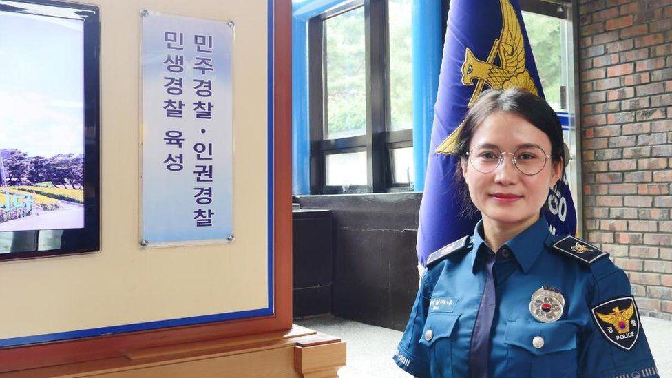 Ким Хана солонгос хүн биш ч төрийн албанд ажилладаг.