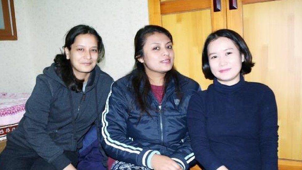 Өмнөд Солонгос руу нүүснийхээ дараа Ким Хана их сургуульд сурч, Непал оюутнуудтай таарчээ.