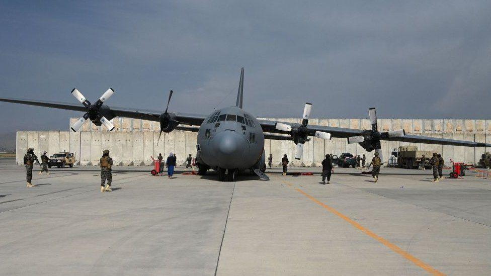 Хабул хотын Хамид Карзай нисэх буудал дахь Хүн болон ачаа тээврийн С-130 Hercules нисэх онгоц