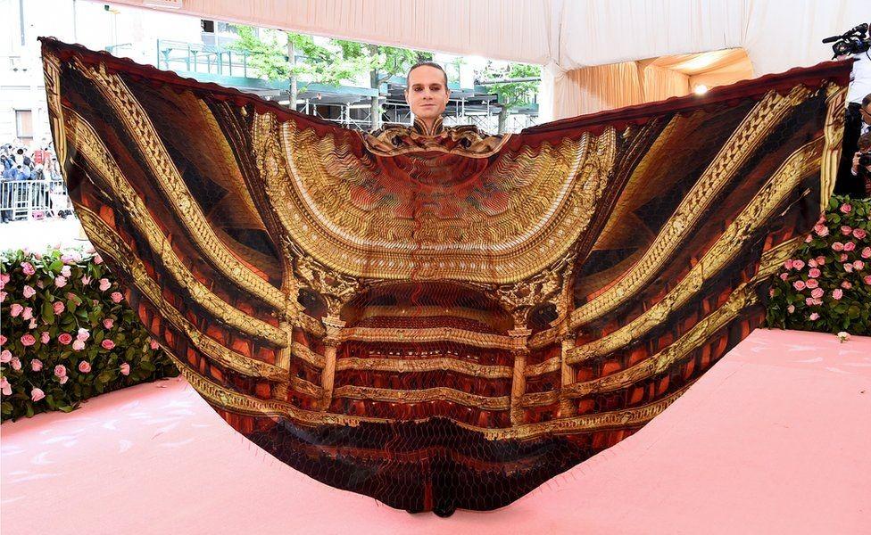 Нью-Йоркийн театрын компанийн эзэн Жордан Рот театрын үзэгчдийн танхимыг дүрсэлсэн хувцас өмссөн байгаа нь