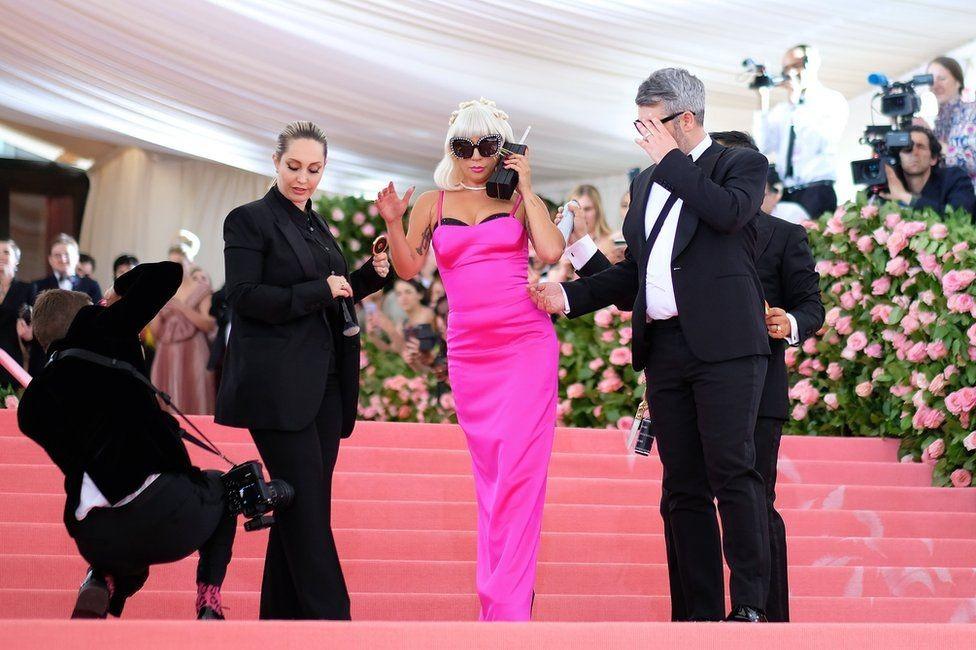 Леди Гагагийн 3 дахь гоёл, бариу ягаан даашинз