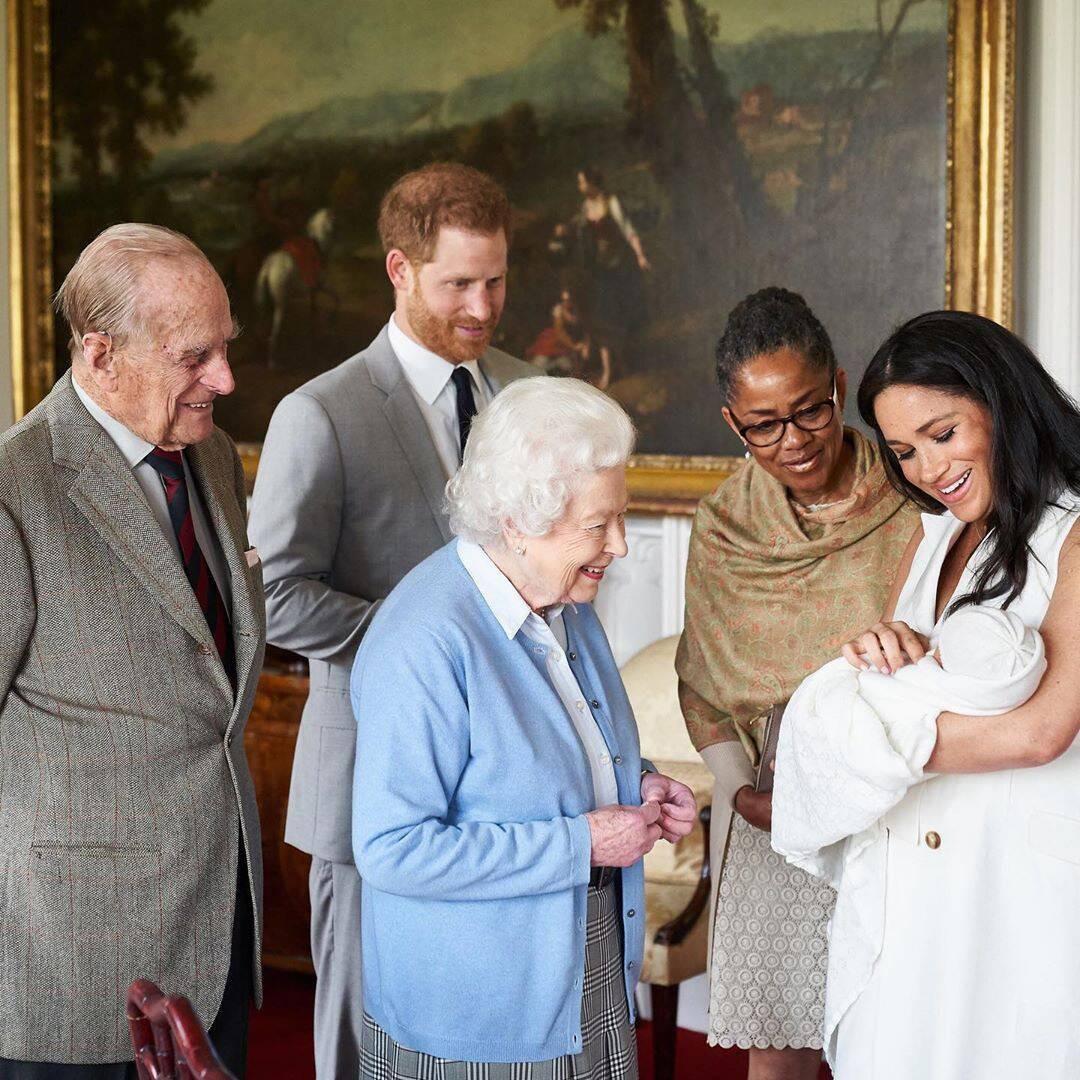 Эдинбургийн гүн, хунтайж Харри, хатан хаан II Элизабет, Меган Марклын ээж Дориа Рагланд болон Меган хүүтэйгээ зогсож буй нь