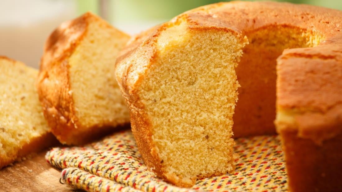 БРАЗИЛ: Пармезан бяслаг болон жижиглэсэн кокостой крем бүхий эрдэнэ шишийн боло де фуба талх
