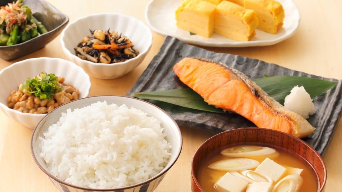 ЯПОН: Салмон, макрол загас, зөгийн бал, мисо шөл, цагаан будаа зэрэг нь япончуудын уламжлалт өглөөний хоолны нэг хэсэг