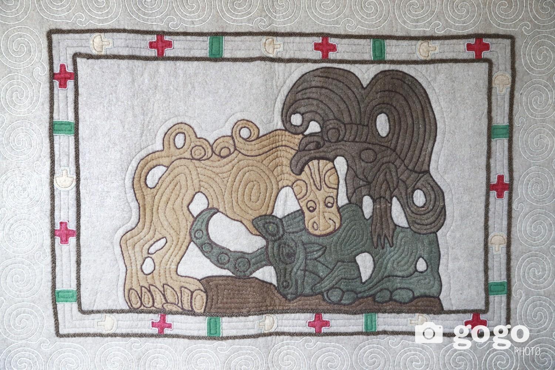 Хүннүгийн үеийн аравчны гадна талыг нь гурвалсан зээгээр хүрээлж чимэглэсэн ба ноосоо өөрсдөө өнгөнд оруулсан байна.