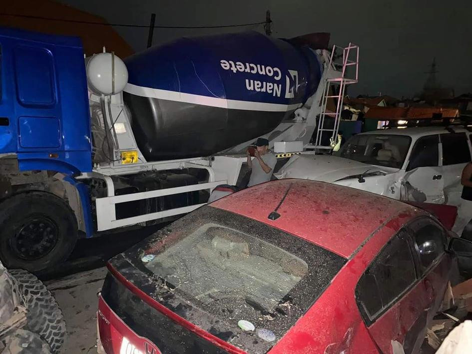 ФОТО: Зуурмагийн миксер 13 автомашинтай мөргөлдөж, 5 хүн гэмтсэн ноцтой осол гарчээ