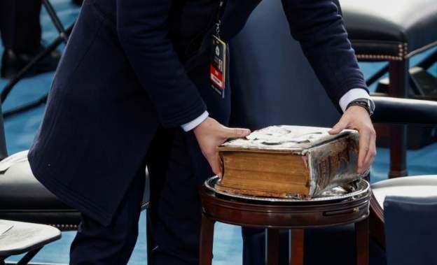 Байдены гэр бүлд уламжлагдан ирсэн 127 жилийн түүхтэй Библи. Жо Байден сенатын гишүүнээр сонгогдох үеэс уг Библи дээр гараа тавьж тангараг өргөж иржээ.
