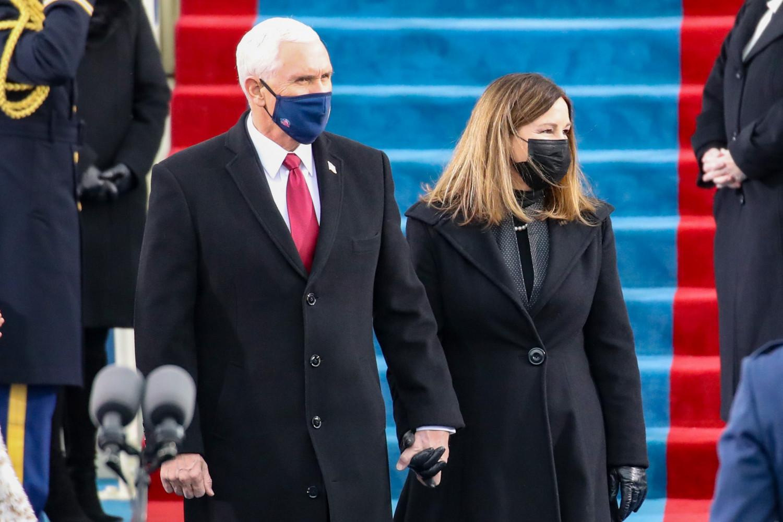 Дэд ерөнхийлөгч асан Майкл Пенс, эхнэр Карен Пенсийн хамт