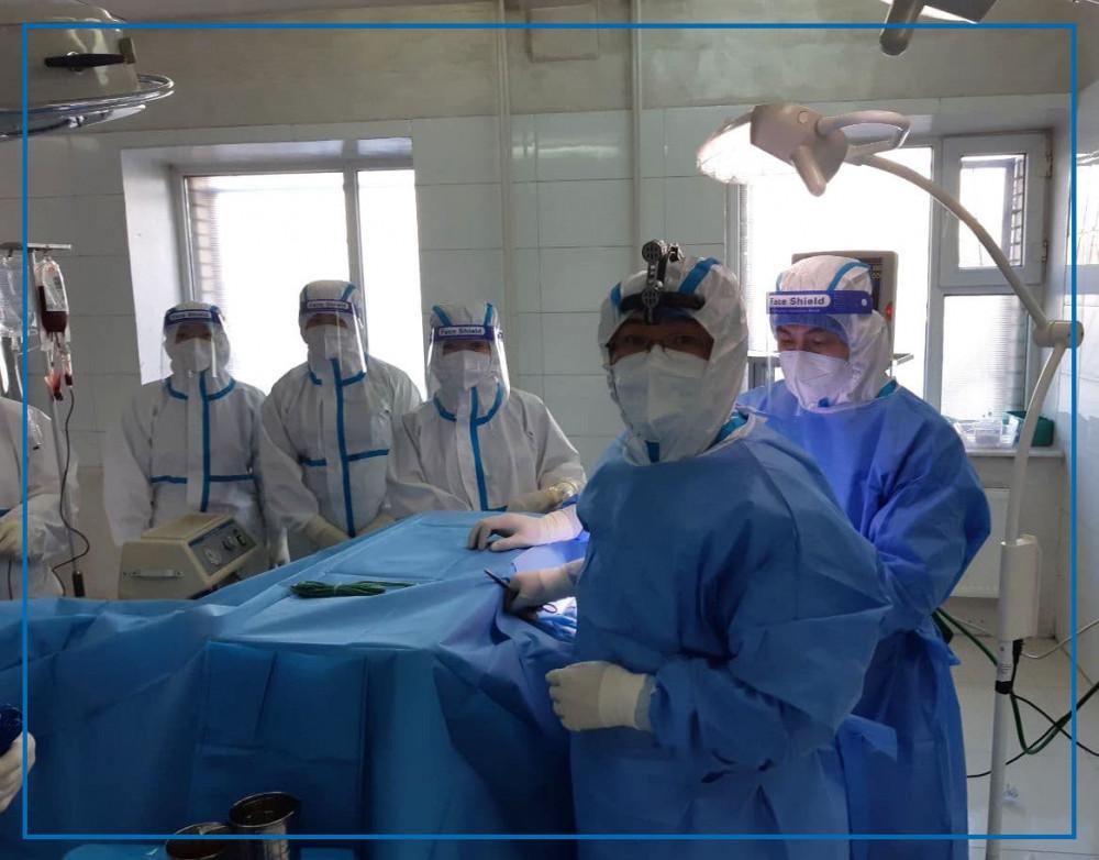 ГССҮТ-ийн эмч нар улаан бүсэд орж, халдвартай өвчтөнд тархины мэс засал хийжээ